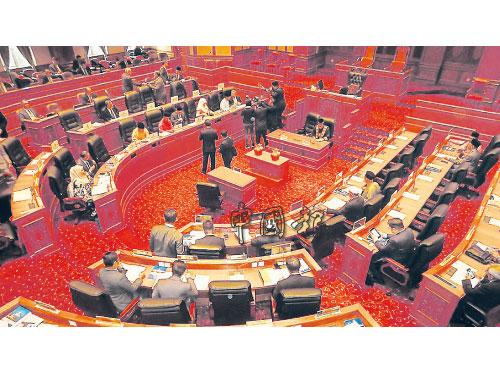 吉州議會進入第三天,共有36位州議員出席。