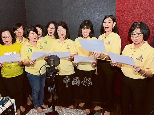 黃素珠(前排右4)率領婦女組走進錄音室獻唱。