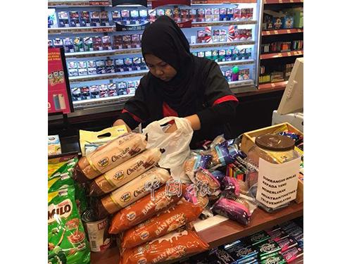 網友進災區前,先到便利商店採購大量食物及食水,隨后送入災區。(受訪者提供)