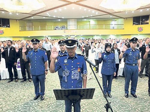 市政廳官員們在執法組官員凱利杜的帶領下宣誓。