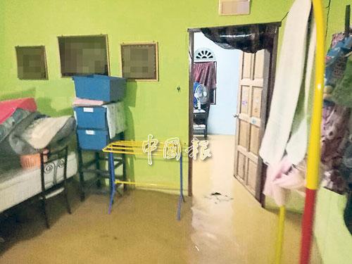 布賴和峇都巴板一帶淹水,居民漏夜把東西抬高。