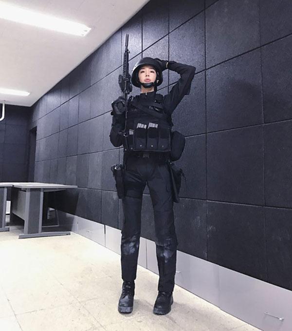 穿上軍服的李妍華非常帥氣。