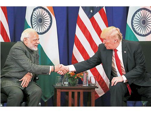 美國總統特朗普(右)週一在東協峰會期間,與印度總理莫迪舉行雙邊會晤。(路透社)