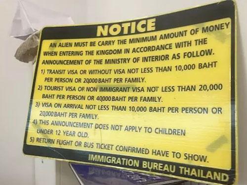 網民Amy Yee在面子書展示泰國移民局的一項通告,提醒民眾必須攜帶足夠現款入境泰國。