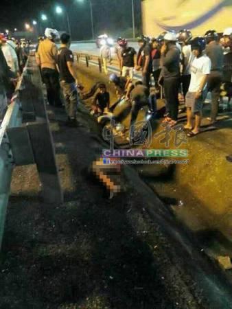 死者與友人摩哆相撞,再猛撞路邊防護欄,導致右腿與身體分離。