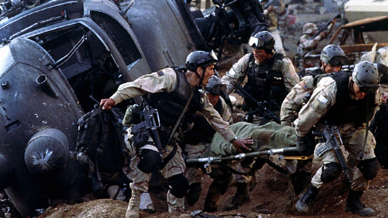 軍人在槍林彈雨。(黑鷹墜落劇照)