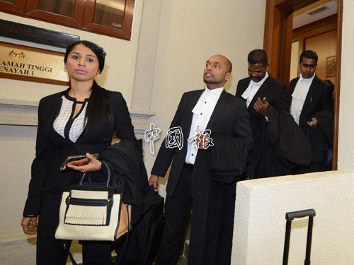裁決結束後,被告律師們一一步出法庭。
