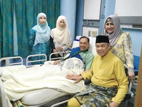 阿末扎希(右2)與夫人哈米達到醫院探望安華,由努魯努哈和努魯依涵代母接待。