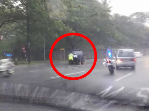 兩名交警在雨中幫忙把拋錨車子推到一旁,獲得網民大讚。