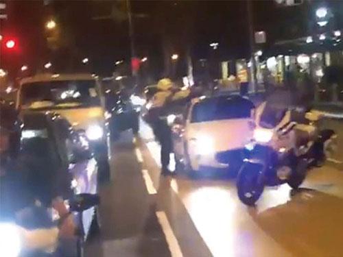 發現司機沒系安全帶,交警在勿洛水池路,截停白色的瑪莎拉蒂跑車。(視頻截圖)