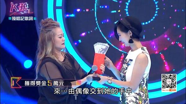 金智娟(左)親自頒發大獎獎金5萬台幣給黃鳳盈。