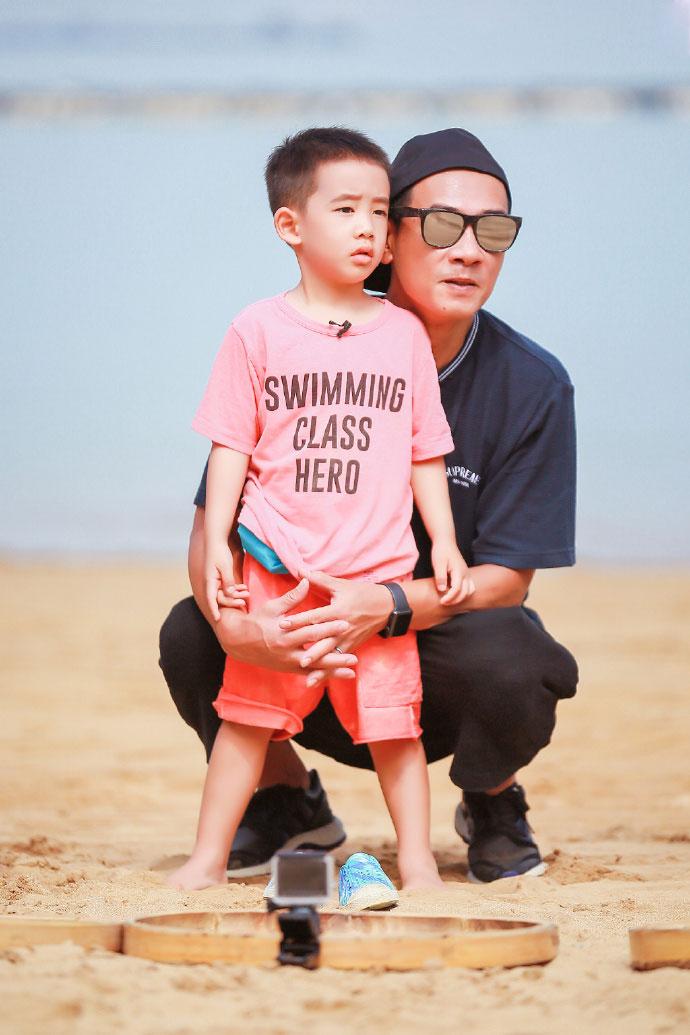 陳小春帶著兒子上實景節目《爸爸去哪兒5》,兩父子的互動深受觀眾喜愛。