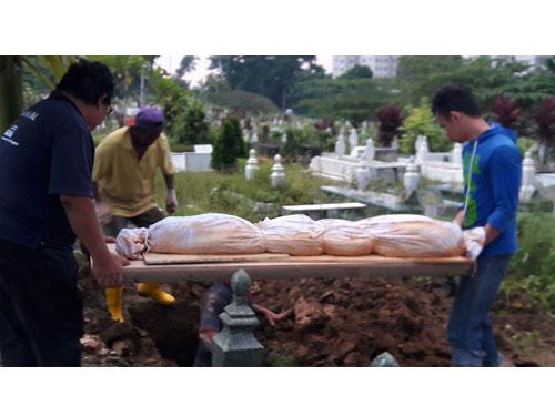 這具2002年下葬的巫裔婦女遺體,事隔15年后掘墓移出時,竟然仍完好無損。