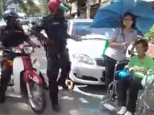 兩名執法人員到場收罰款,解開車輪鎖。