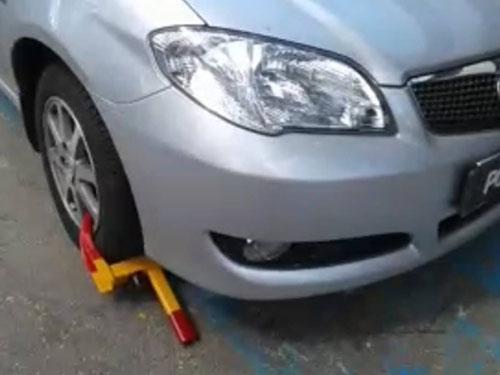 華裔婦女把轎車泊在殘障人士泊車位,被市政廳執法人員鎖車輪。