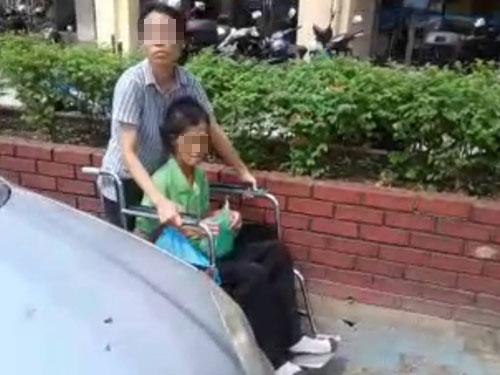 華裔婦女申述,執法人員看到她媽媽坐在輪椅上,依然開罰單。
