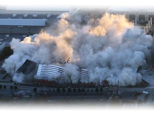 喬治亞巨蛋被籠罩在濃濃的煙霧中。