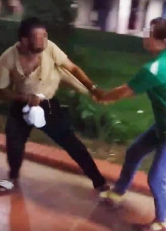 女按摩師追出店外,抓住男子的衣角。