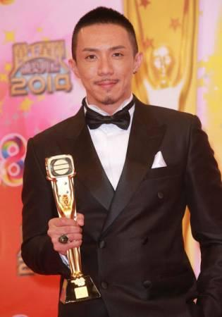 """張繼聰在2014年獲得TVB頒發""""飛躍進步男藝員"""",演技獲得認同。"""