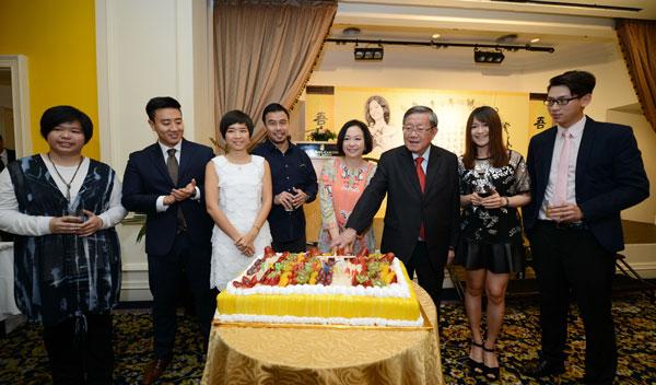 鍾廷森(右3)2014年為夫人潘斯里陳秋霞慶祝57歲生日,當時3名女兒鍾惠雅(左起)、鍾惠嚴、鍾惠韻和親友陪伴在側。