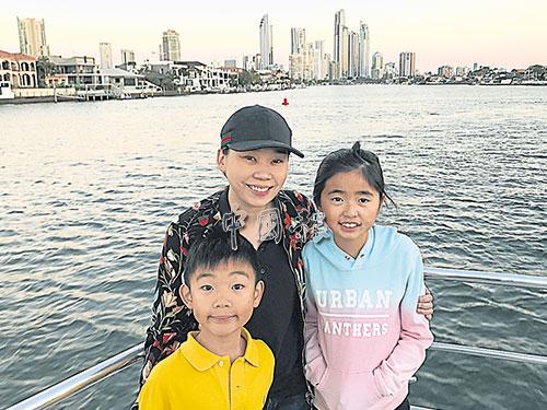 身為兩個孩子的媽,呂美葑忙事業也不忘陪伴孩子。圖為呂美葑與兒女澳洲旅行合影。