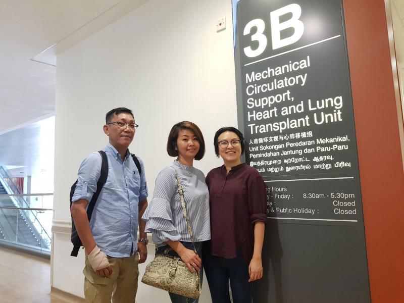 捐心少女的父親麥俊華(左起)和陳渼欣,在換心婦李淑玲陪同下,一起走訪心臟中心。(受訪者提供)