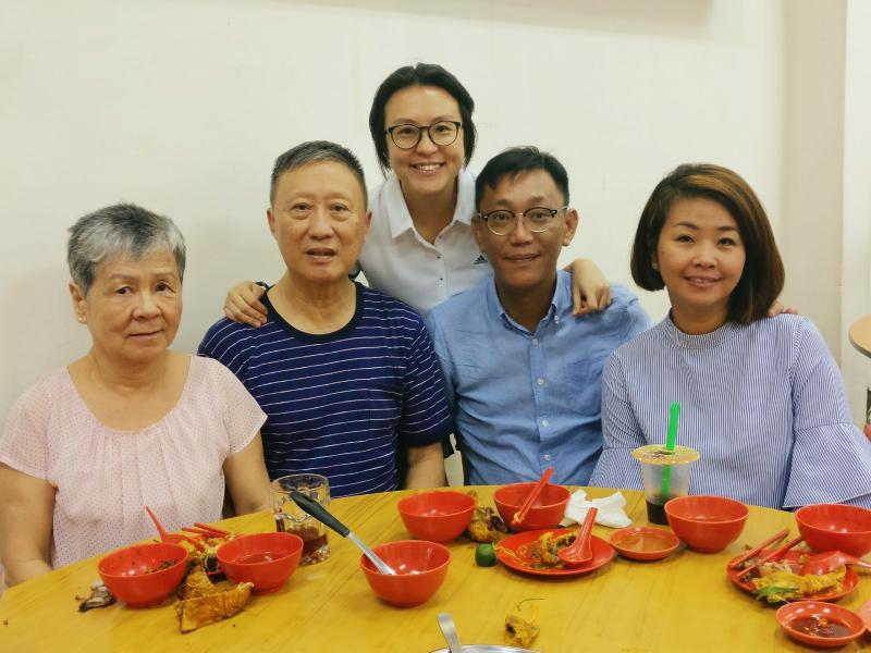 李淑玲的双亲(左起),终于与捐心少女的父母见面共餐。(受访者提供)