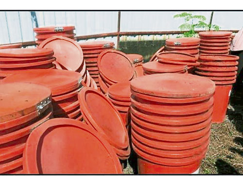 仓库内发现许多原本分发给居民的垃圾桶已肮脏,影响垃圾桶的可用性。