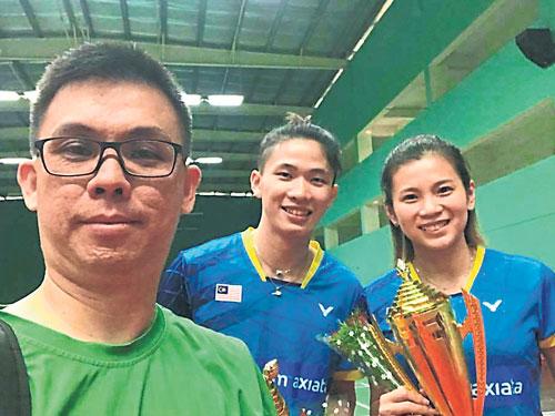 龐學章(左起)與麾下愛將陳堂傑與吳柳瑩自拍。