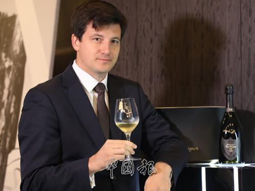 "Dom Perignon品牌大使Pierre-Louis Araud表示,P2 2000是Dom Perignon 2000年份香檳的""第二巔峰""(Second Plenitude)系列。Dom Perignon 2000年份香檳於2008年推出口感圓潤成熟的最初系列,而第二巔峰的香檳更加年輕新鮮、和諧有致,口感也更複雜精緻。"