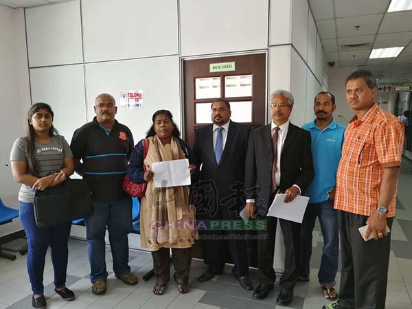 瓦塔莫迪(右3)代表死者家屬上庭,並指印裔青年並非自殺身亡。