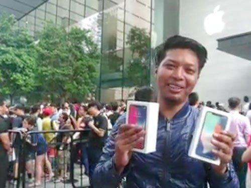 海里在新加坡烏節路蘋果專賣店排隊3天後,如願買到兩台iPhoneX。