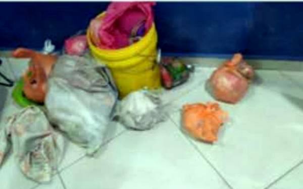 警方檢查男子時,發現裝滿內衣褲的塑料袋。