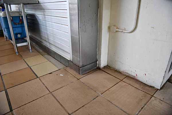 海鮮燒烤攤位附近和扇卷閘門上,仍隱約看到疑似潑漆和潑假糞留下的痕跡。