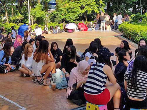 豐城雙溪加株霸級旗艦店長長人龍,等待韓國偶像男團VIXX出現。
