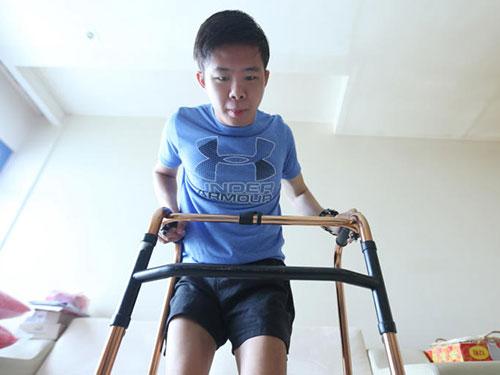 李偉陽中風後,花了一年半時間重新學習站立走動。