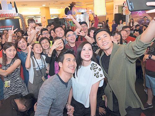陳泂江主動拿起手機與現場粉絲自拍合照。