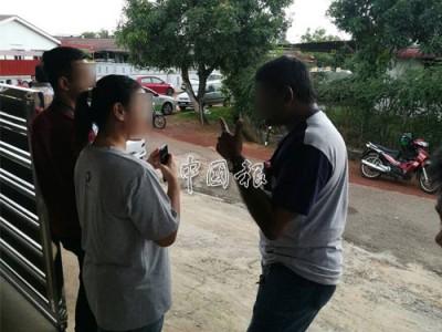 目擊證人(左2)陳述案情。