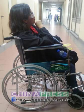 劉素茵與年邁父母到新加坡遊玩後,乘搭的巴士發生車禍,背部及及臉受傷。