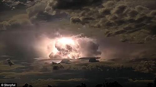 西澳上空閃電暴雷不斷。  圖/視頻截圖
