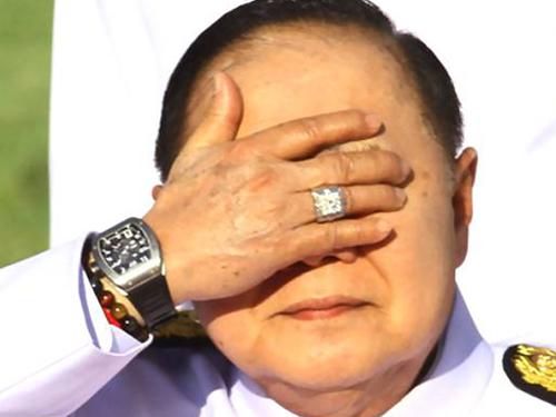 巴威被媒體拍到手上戴著鑽戒和名表。