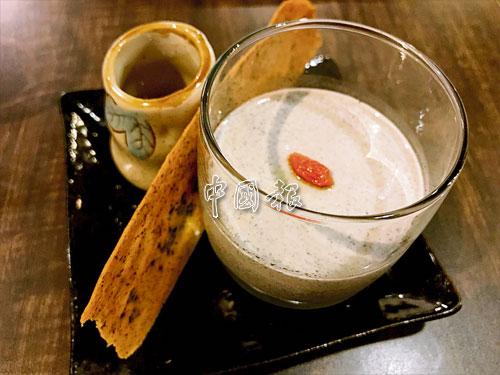 Kuro Goma Panna Cotta由黑芝麻配上枸杞而成的甜品,少了甜度,充滿黑芝麻芳香,香滑可口。