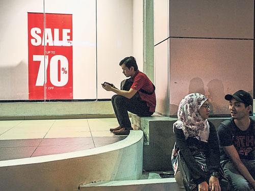 消費者喊窮!零售銷售額大縮水,跌1.1%。