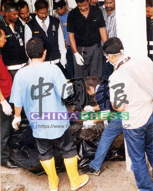 經過14小時的挖掘工作,警方終發現一具被被單包裹後,裝入垃圾袋的腐爛女屍。