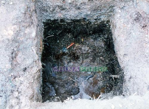 埋屍洞穴積滿屍水,惡臭無比。