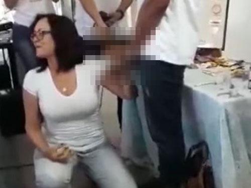 巴西一位女教師上課的時候,在眾人圍觀下示範用嘴幫男同學生殖器戴套。