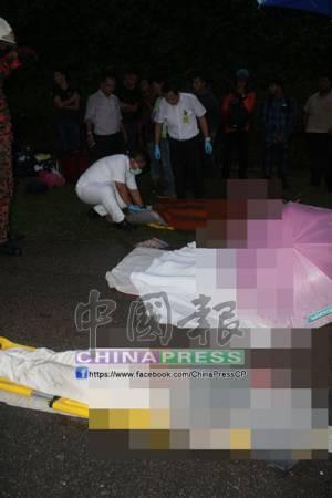 醫護人員在現場驗證涉及車禍者的狀況。