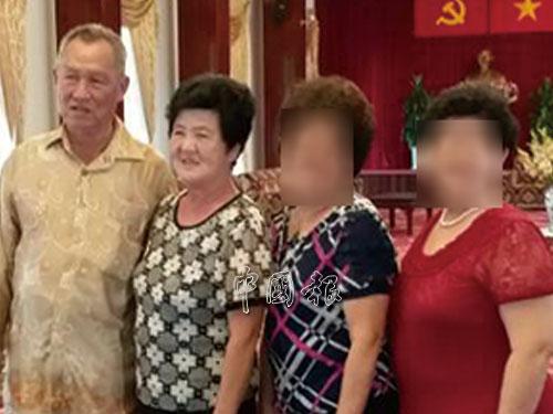 死者謝地南(左起)和太太林愛惜生前與友人一起去旅遊時合照。