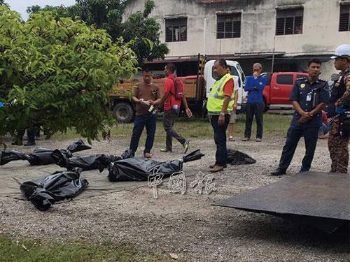 4名死者遺體被尋獲後,移到空地。