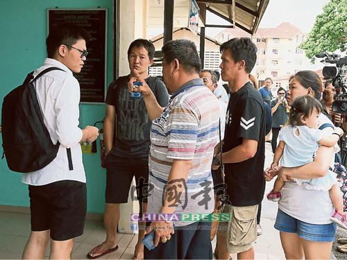 老死者3名子女謝惠玲(右起)、謝藝深及謝藝明,以及親友仔細聆聽殯儀業者交代事宜。